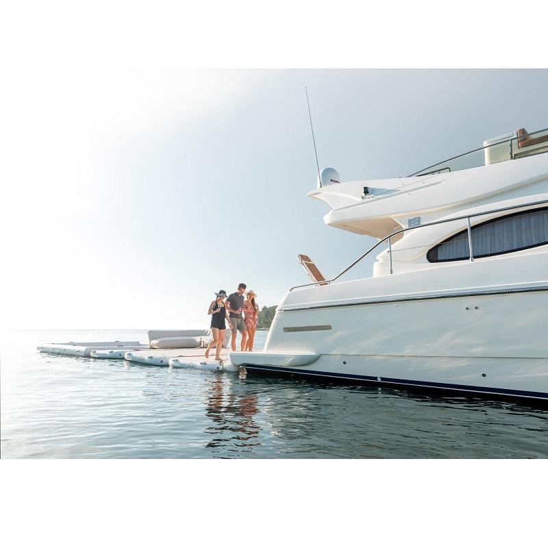 YB-4.1-Premium-Champagne-Gloss-people-walkin-to-the-boat_9